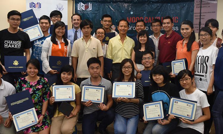 Người tham dự nhận giấy chứng nhận hoàn thành khóa học