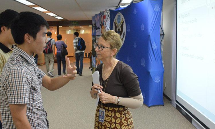 Viên chức Thông tin Wendy Zaman trao đổi với người tham dự sau chương trình
