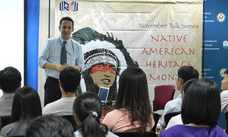 Viên chức Lãnh sự quán Joe Freeman đang giới thiệu về lịch sử của các bộ lạc ở các bang Trung Đại Tây Dương