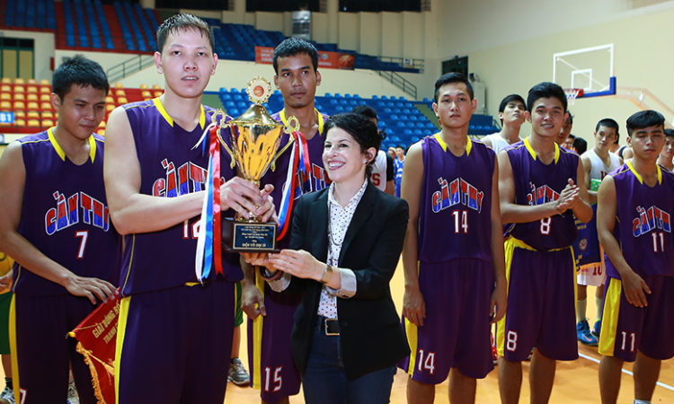 Consul General Rena Bitter presented champion cup to the winning team