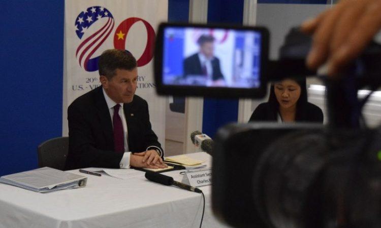 Trợ lý Ngoại trưởng Rivkin đang trả lời báo chí tại Trung tâm Hoa Kỳ