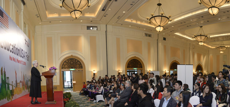 EducationUSA's Higher Education Fair 2016 Attracts Hundreds of Vietnamese Students in Hanoi