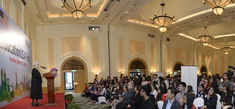 Triển lãm Du học Hoa Kỳ EducationUSA's 2016 Thu hút Hàng trăm Học sinh tại Hà Nội