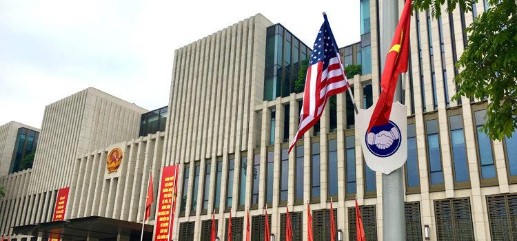 Cờ Mỹ và cờ Việt Nam trước Tòa nhà Quốc hội