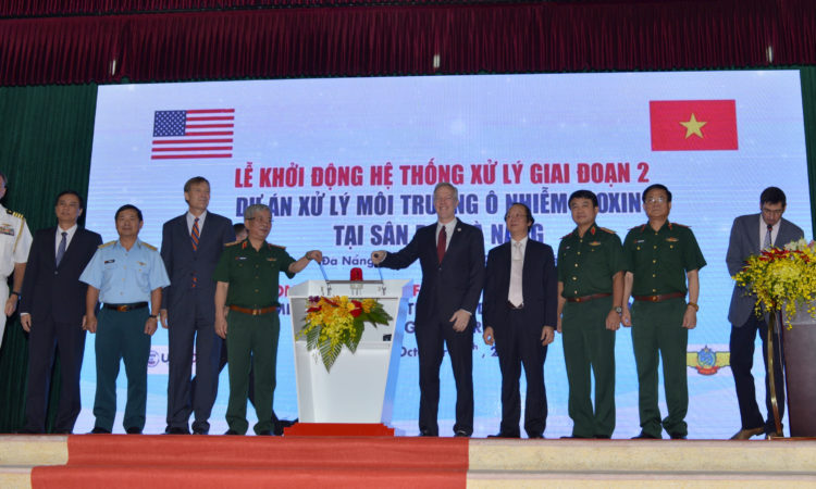 Đại sứ Hoa Kỳ Ted Osius và Thượng tướng Nguyễn Chí Vịnh, Thứ trưởng Bộ Quốc phòng Việt Nam, cùng đóng cầu giao điện tượng trưng để khởi động hệ thống xử lý nhiệt trước sự có mặt của nhiều quan chức chính phủ Hoa Kỳ và Việt Nam.