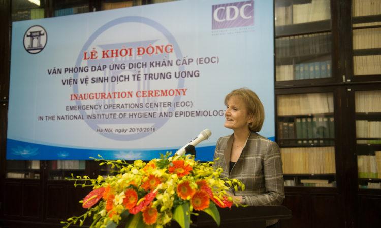Thứ trưởng Y tế và Dịch vụ con người Hoa Kỳ Mary Wakefield nhấn mạnh tầm quan trọng của hợp tác y tế giữa Hoa Kỳ và Việt Nam tại lễ khởi động Văn phòng Đáp ứng Dịch Khẩn cấp (EOC) tại Viện Vệ sinh Dịch tễ Trung ương