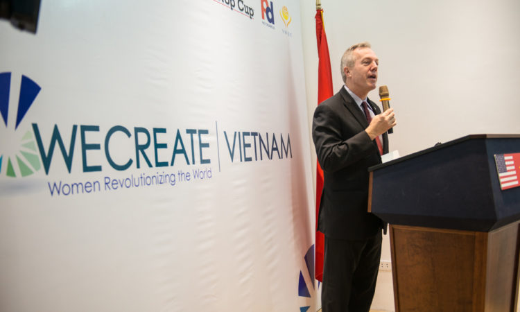 Đại sứ Osius nhấn mạnh tầm quan trọng của nữ doanh nhân tại lễ khai trương WECREATE Việt Nam.