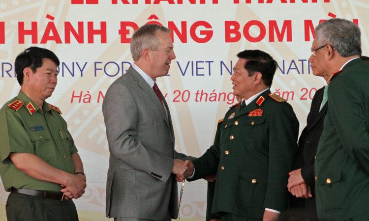 Đại sứ Osius tại Lễ Khánh thành Trụ sở Trung tâm Hành động Bom mìn Quốc gia Việt Nam