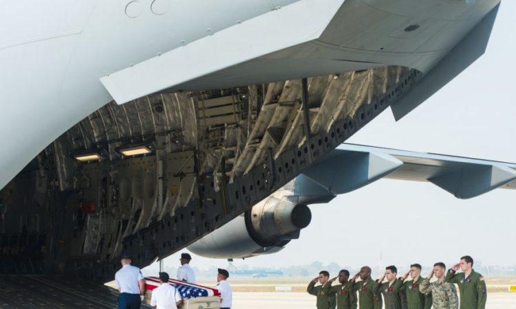 Đội quân danh dự của quân đội Hoa Kỳ đưa các bộ hài cốt được cho là của quân nhân Mỹ mất tích trong chiến tranh Việt Nam lên máy bay của Không lực Hoa Kỳ để chuyển về Mỹ.