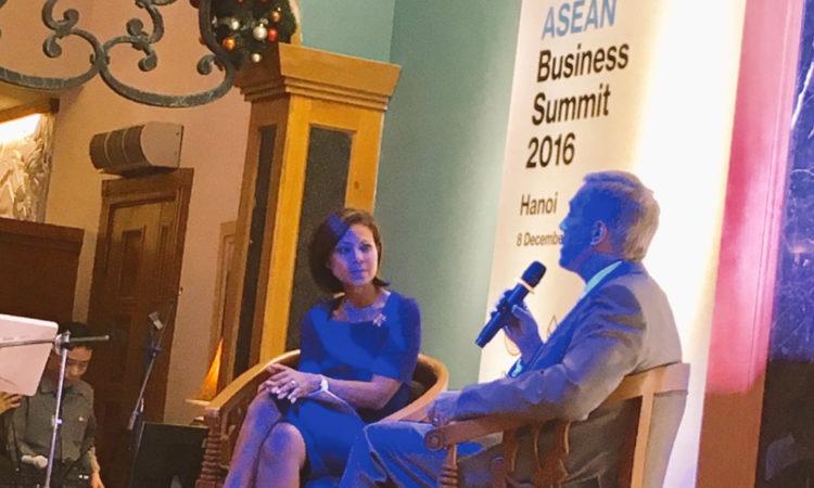 Đại sứ Ted Osius tại buổi Gặp gỡ – Giao lưu do tờ báo Bloomberg tổ chức