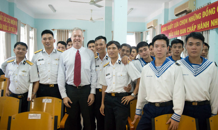 Đại sứ Osius chụp ảnh cùng các cán bộ Việt Nam hoàn thành khóa tập huấn về chăm sóc quân y dã chiến.
