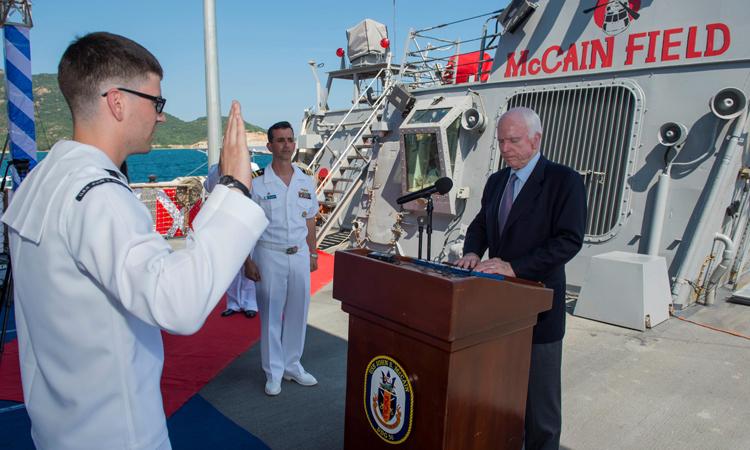 Thượng nghị sĩ John McCain thăm tàu USS John S. McCain tại Việt Nam