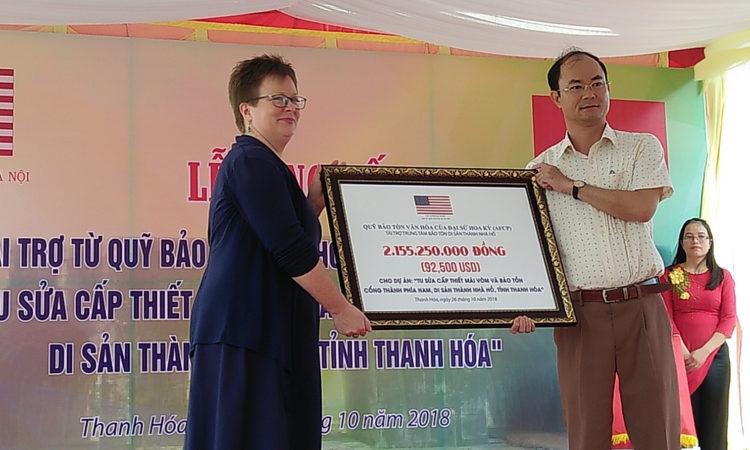 Tham tán Thông tin Văn hóa Đại sứ quán Hoa Kỳ Molly Stephenson trao tài trợ cho dự án tu sửa Di sản Nhà Hồ, tỉnh Thanh Hóa.