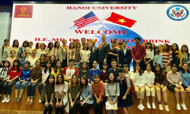 Đại sứ chụp ảnh kỉ niệm cùng sinh viên và giảng viên trường.