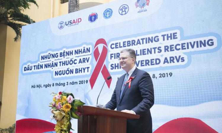 Phát biểu của Đại sứ Daniel J. Kritenbrink Chào mừng những bệnh nhân đầu tiên nhận thuốc kháng virus do Bảo hiểm y tế chi trả