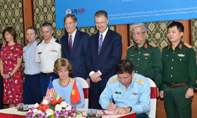 Hoa Kỳ và Việt Nam ký biên bản bàn giao mặt bằng để bắt đầu xử lý dioxin tại khu vực sân bay Biên Hòa