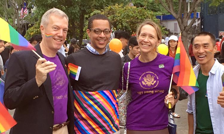 Chào tất cả các bạn! Thật tuyệt vời khi thấy thật đông đảo các bạn tham gia tại đây hôm nay để cùng chào mừng sự kiện Việt Pride tại Thành phố Hồ Chí Minh! Xin cảm ơn ban tổ chức và các bạn tình nguyện viên, đặc biệt là bạn Trần Khắc Tùng và các đồng nghiệp tại ICS, những người đã rất nỗ lực tổ chức các hoạt động trong ba ngày qua. Thật là một thành công đầy ấn tượng! Hoa Kỳ cam kết thúc đẩy quyền bình đẳng cho tất cả mọi người, đó là một nguyên tắc hiến định mà hai đất nước tuyệt vời của chúng ta cùng chia sẻ. Với tinh thần nguyên tắc nền tảng này, Hoa Kỳ nỗ lực phòng chống phân biệt đối xử và bạo lực đối với tất cả mọi cá nhân, trong đó có những người LGBTI. Niềm tin này – được trân trọng bảo vệ trong luật pháp của chúng tôi – là một lý do để tôi thật tự hào đứng tại đây hôm nay cùng với phu quân của tôi, Clayton Bond, với các nhân viên Phái đoàn Hoa Kỳ của tôi, và quan trọng nhất là: với tất cả các bạn tối nay. Sự kiện này phản ánh những gì có thể làm được và quyền bình đẳng thực sự là thế nào. Tôi hy vọng các bạn rất vui với những hoạt động chào mừng chiều nay và cùng nhau chúng ta diễu hành!