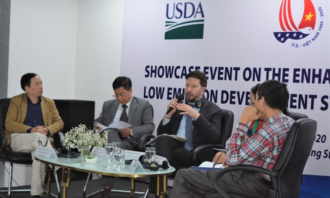 Ông Benjamin Petlock, Tùy viên Cao cấp Nông nghiệp - Đại sứ quán Hoa Kỳ chia sẻ với các nhà hoạch định chính sách và cán bộ khuyến nông tại sự kiện