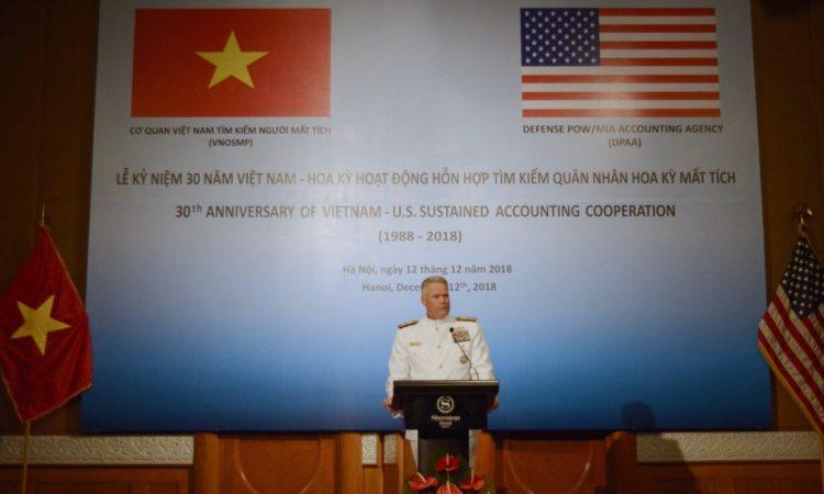 Chuẩn Đô đốc Jon Kreitz, Phó Giám đốc Cơ quan Tìm kiếm Tù binh và Người mất tích thuộc Bộ Quốc phòng Hoa Kỳ (DPAA) phát biểu tại lễ kỷ niệm 30 năm hợp tác giữa Hoa Kỳ và Việt Nam về tìm kiếm người Mỹ mất tích trong chiến tranh.