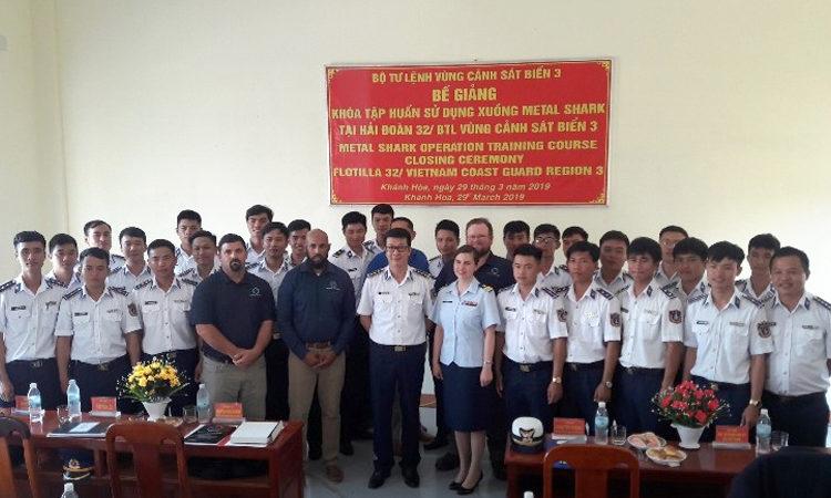 Thượng tá Nguyễn Minh Khánh và Thiếu tá Kristen Byers bắt tay tại lễ bàn giao 6 xuồng Metal Shark và phụ tùng trị giá 12 triệu đô la Mỹ.