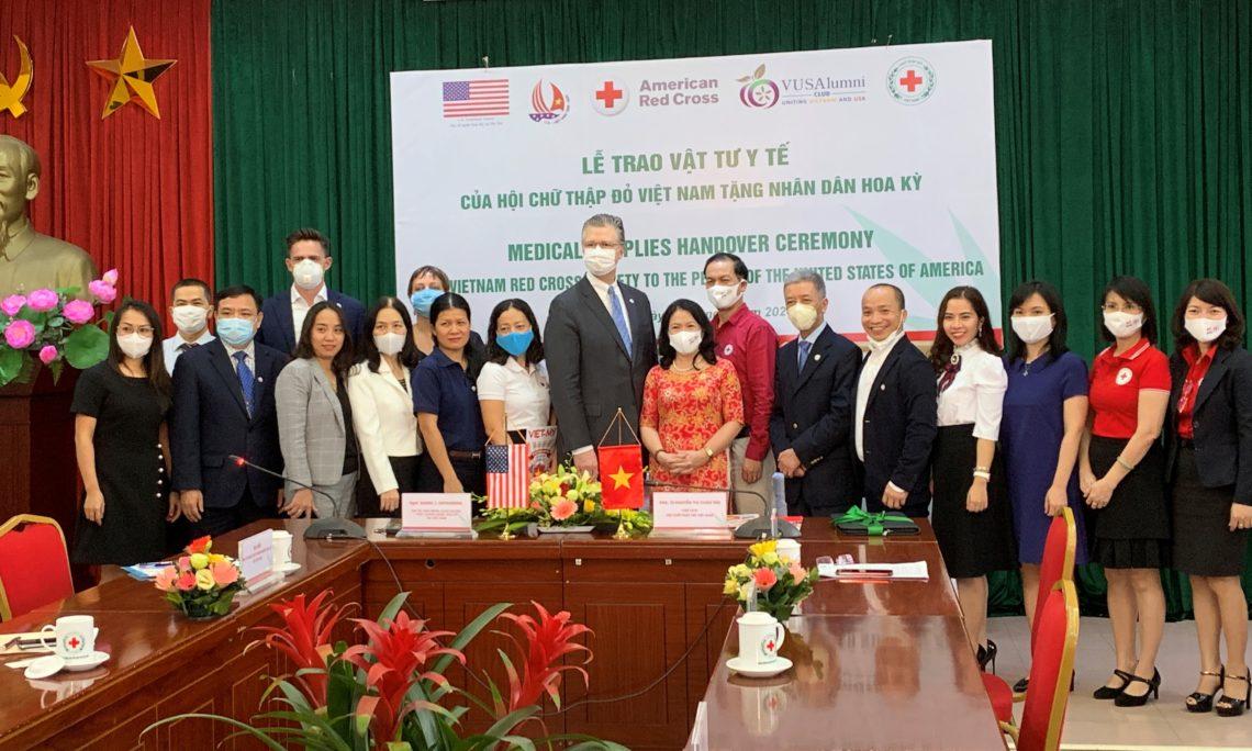Đại sứ Kritenbrink tiếp nhận quà tặng khẩu trang y tế từ Hội Chữ thập đỏ Việt Nam