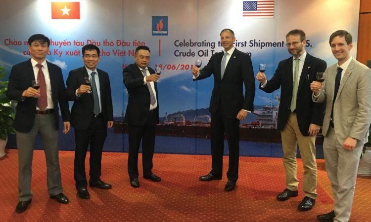 Trợ lý Ngoại trưởng Fannon và Chủ tịch tập đoàn Dầu khí Việt Nam Trần Sỹ Thanh chúc mừng chuyến tàu dầu thô đầu tiên của Hoa Kỳ đến Việt Nam.