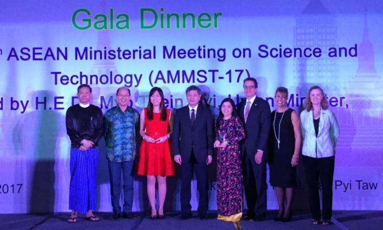 Tiến sĩ Nguyễn Thị Hiệp (đứng tứ tư từ bên phải sang) tại lễ trao giải diễn ra tối qua tại thành phố Nay Pyi Taw, Myanmar.