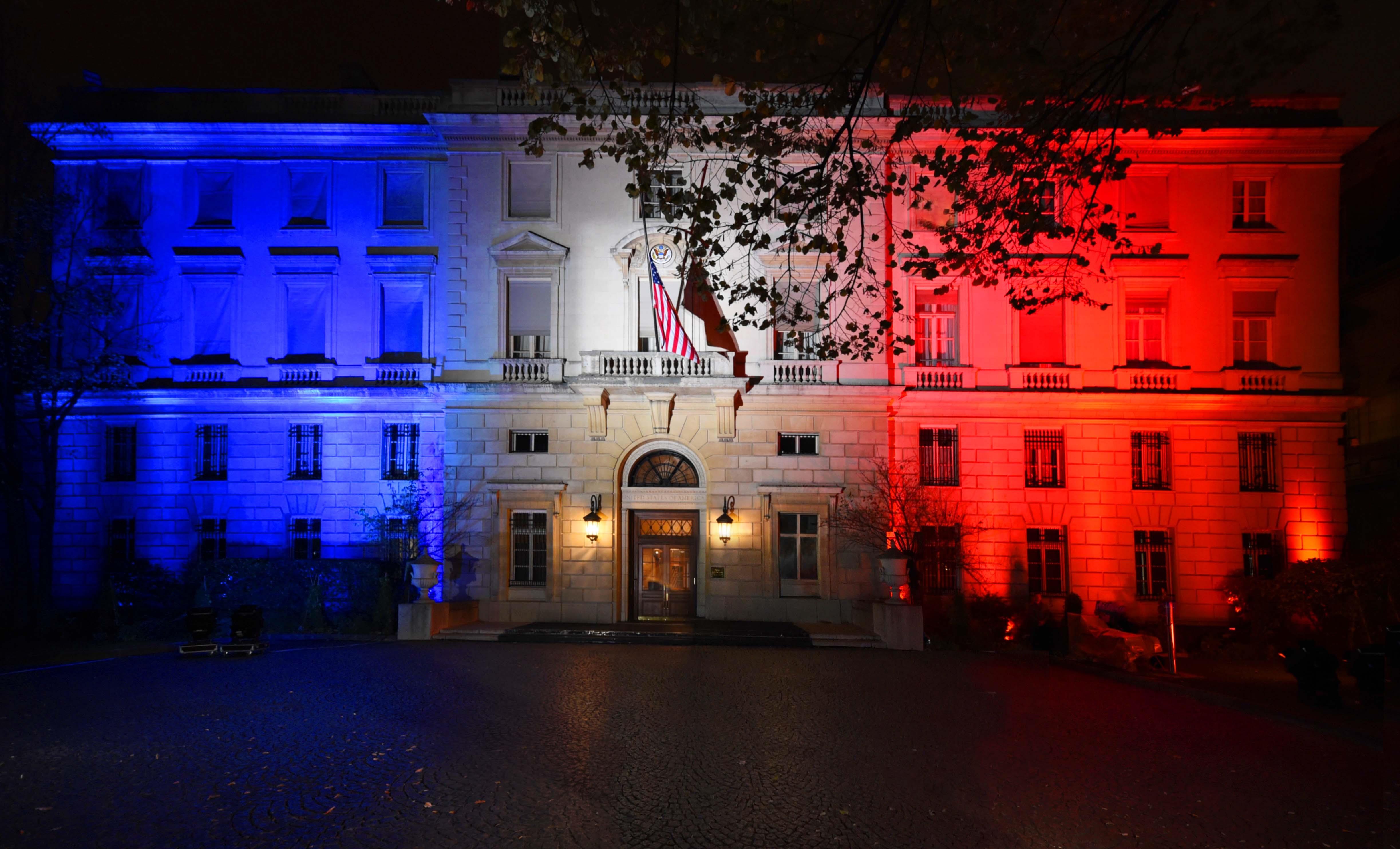 Ambassade aux couleurs du drapeau français
