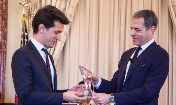 Samuel Grzyboswski recevant son prix au Département d'Etat (photo Samuel Grzyboswski)