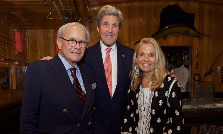 Tom Brokaw, Le Secrétaire d'Etat John Kerry et Jane D. Hartley Ambassadeur des Etats-Unis d'Amérique en France