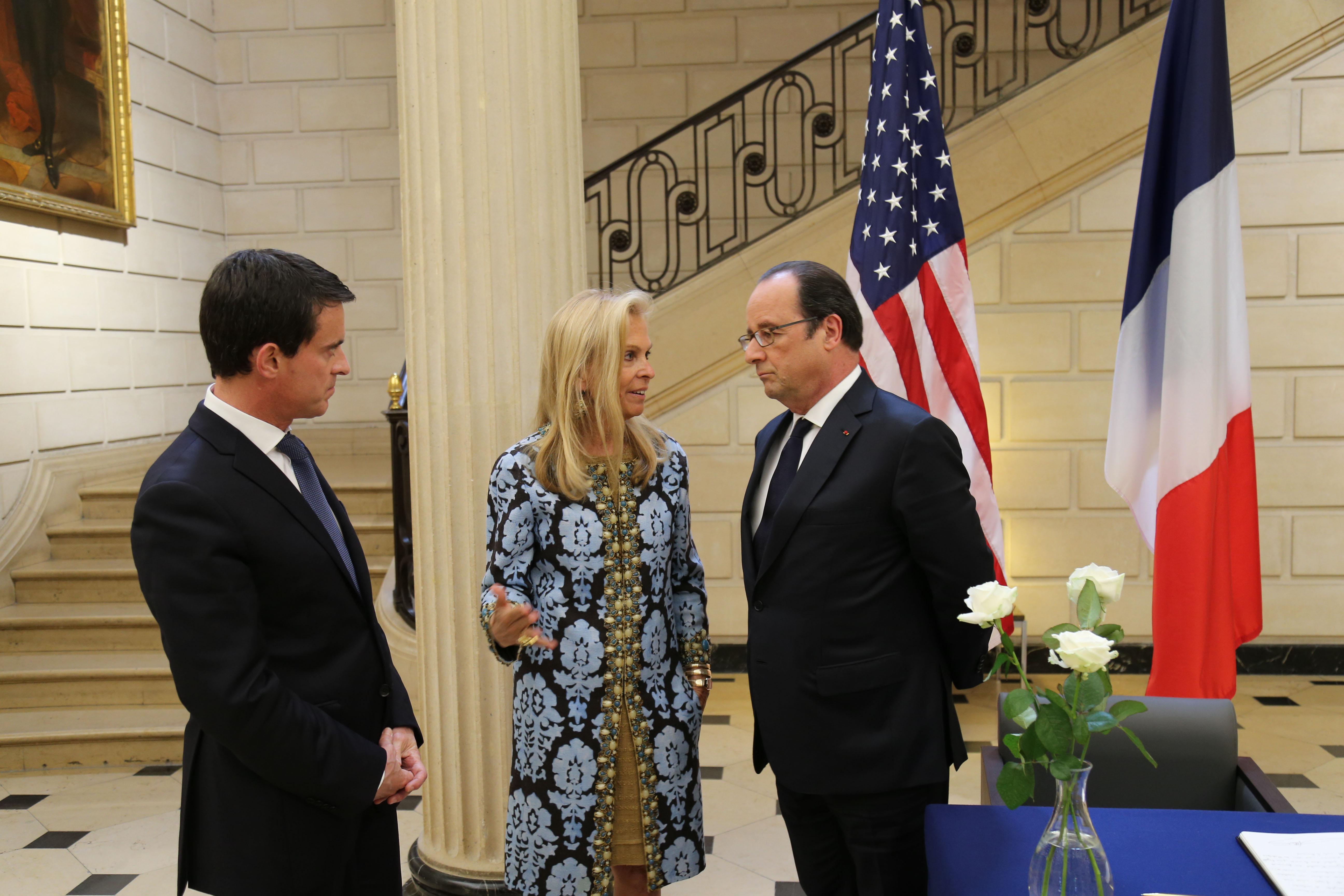 Le Premier Ministre Valls, l' Ambassadeur Jane D. Hartley et le Président de la France, François Hollande (Photo U.S. Embassy)