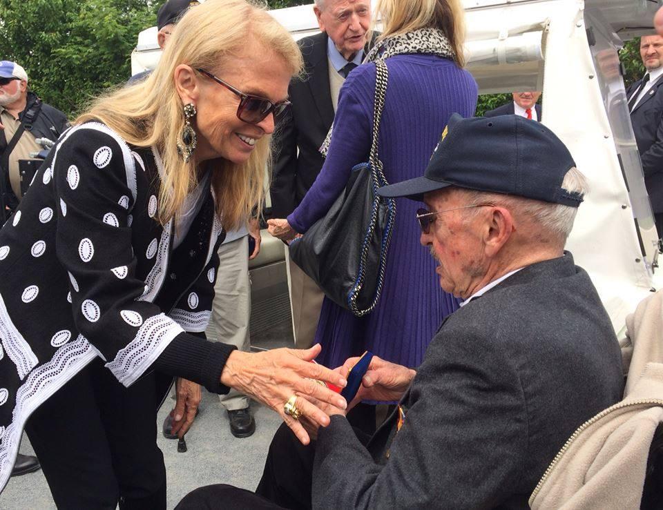 L' Ambassadeur Jane D. Hartley avec un vétéran à la Pointe du Hoc (Photo APP Rennes)
