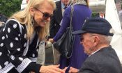 L'Ambassadeur des Etats-Unis d'Amérique Jane D. Hartley s'entretient avec un vétéran à la Pointe du Hoc (Photo APP Rennes)