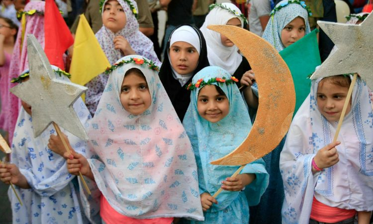 Lebanese girls hold crescents and stars during street performances celebrating the upcoming Muslim holy month of Ramadan. (© AP Images)
