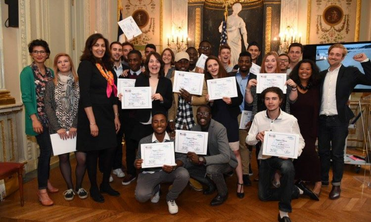 Les participants avec Mme Uzra Zeya, Chef de Mission adjoint de l'Ambassade (Photo U.S. Embassy)