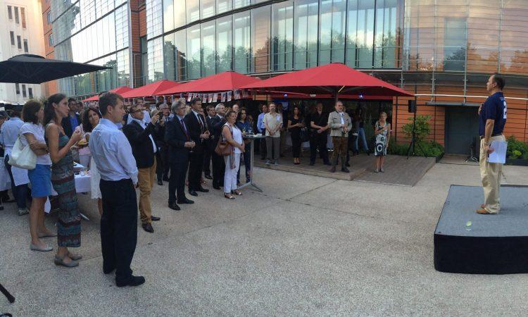 Le Consul Stanger devant les invités de la célébration du 4 Juillet