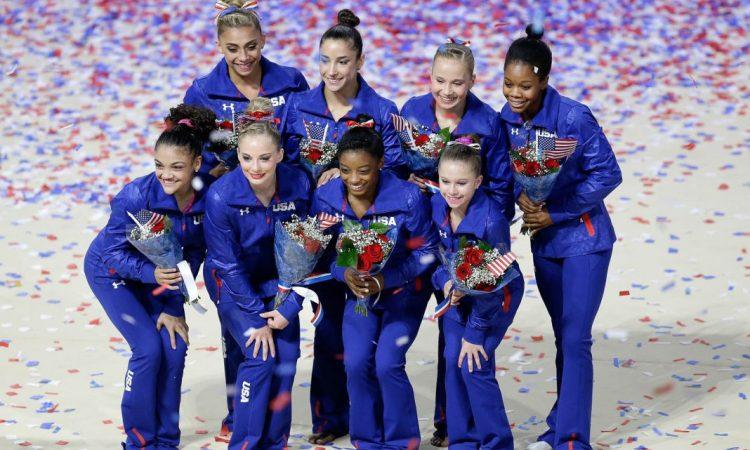 Les membres de l'équipe olympique américaine de gymnastique, de gauche à droite à partir du haut, dans le sens des aiguilles d'une montre : Ashton Locklear, Aly Raisman, Madison Kocian, Gabby Douglas, Ragan Smith, Simone Biles, MyKayla Skinner et Laurie Hernandez (© AP Images)