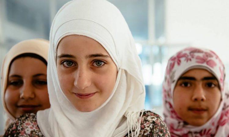 MercyCorps a fourni à Zaina, une jeune Syrienne réfugiée au Liban, et à ses camarades de classe des repas pré-emballés pour les aider à retenir leurs leçons. (Photo offerte)