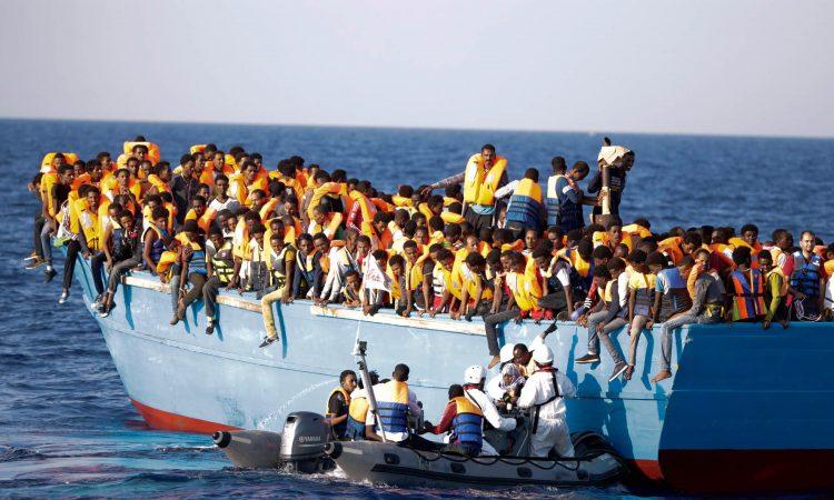 Le 29 août, la marine italienne a secouru 700 réfugiés libyens à bord de ce bateau dans la Méditerranée. (© AP Images)