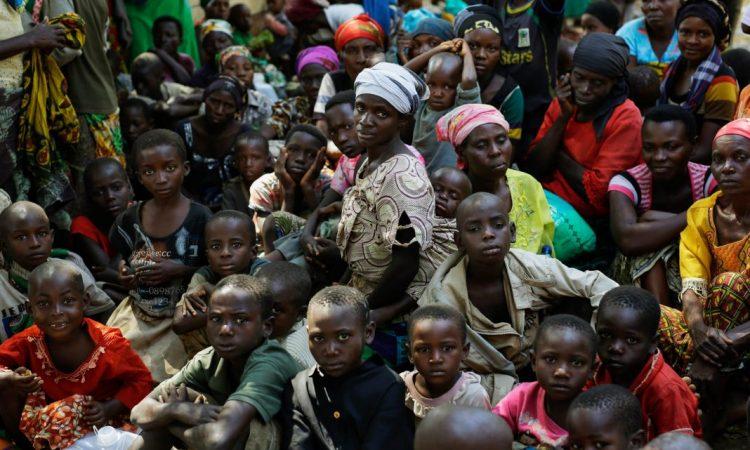 Des réfugiés qui ont fui la violence au Burundi attendent de monter à bord d'un navire de l'ONU, sur la rive du Tanganyika, en Tanzanie. (© AP Images)