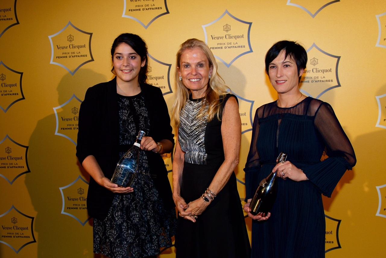 Anaïs Barut (à gauche), Prix Veuve Clicquot Clémentine 2016 et Caroline Hilliet Le Branchu, Prix Veuve Clicquot de la Femme d'Affaires 2016 avec l'Ambassadeur Jane D. Hartley (Photo U.S. Embassy)