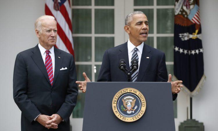 Le président Obama, aux côtés du vice-président Biden, s'engage à assurer une passation de pouvoir sans accroc. (© AP Images)