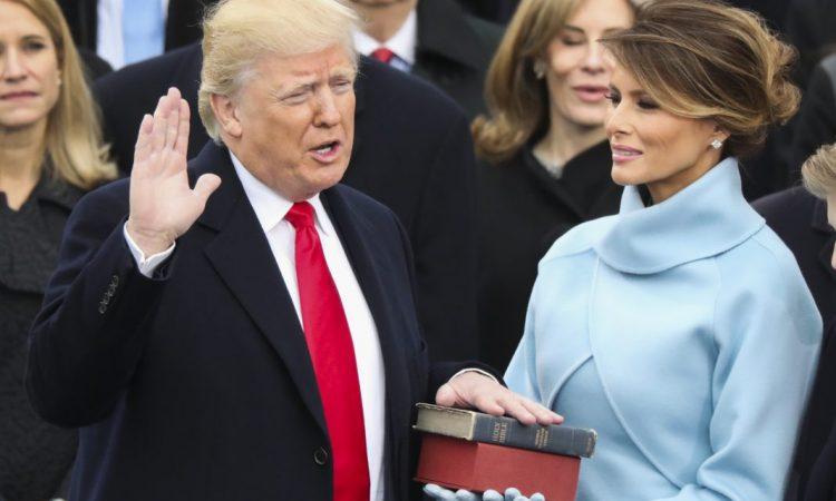 Donald Trump prête serment en tant que 45e président des États-Unis, la main posée sur une bible que tient son épouse, Melania Trump. Cette bible lui a été donnée par sa mère quand il était enfant. Elle repose sur une autre, utilisée par le président Abraham Lincoln lors de sa première investiture. (© AP Images)