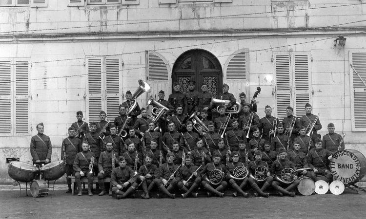 Le Wisconsin Band en représentation dans une ville de la vallée du Cher (AEF Signal Corps. NARA. Coll. Musée de Sologne)