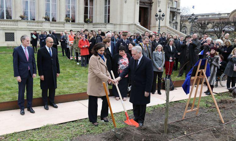 plantation au Quai d'Orsay d'un arbre offert par le mémorial du 11 septembre