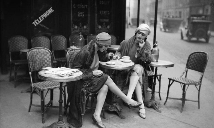 Deux mannequins américains prenant la pose de Parisiennes élégantes à la terrasse d'un café, vers 1925. © Maurice-Louis Branger /Roger-Viollet