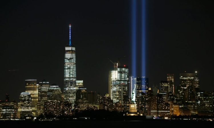 Chaque année, le ciel de New York s'illumine lors de l'Hommage en lumière, en souvenir du 11-Septembre. (© Gary Hershorn/Getty Images)