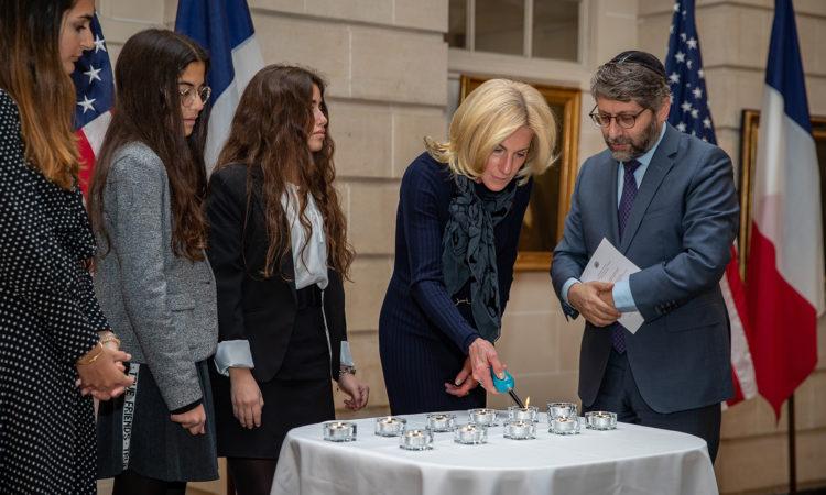 L'Ambassadeur Jamie McCourt rend hommage aux victimes de l'attentat de Pittsburgh