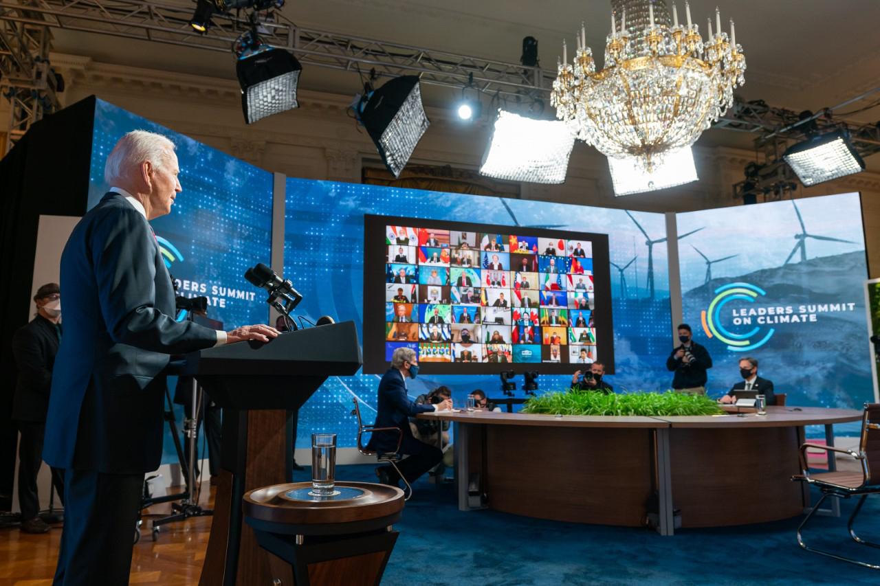 Le President Biden pendant le Sommet virtuel des leaders sur le climat (White House photo by Adam Schultz/ Public Domain)