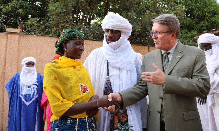 Ambassadeur Whitaker et Hadiza Mani ( Femme de Courage 2009)